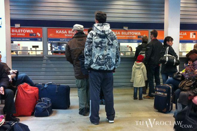 Na dworcu tymczasowym szybkie kupienie biletu to misja niemożliwa