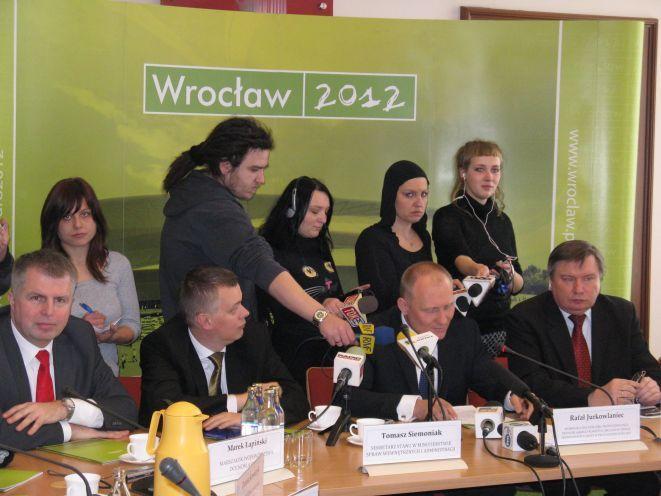 Marszałek Łapiński, sekretarz stanu Siemoniak, wojewoda Jurkowlaniec oraz minister Miller podczas spotkania DKO EURO 2012.