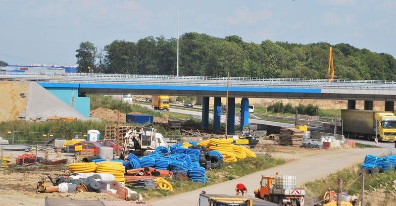 Na taki kolor malowany jest wiadukt nad autostradą