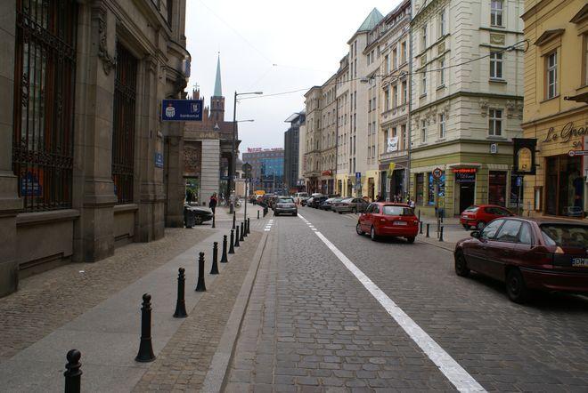 Na ulicy Wita Stwosza część jezdni zabrano na kontrapas dla rowerzystów