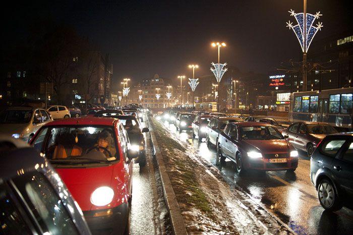 Nawet po zmroku jazda po Wrocławiu to dla kierowców często prawdziwa udręka