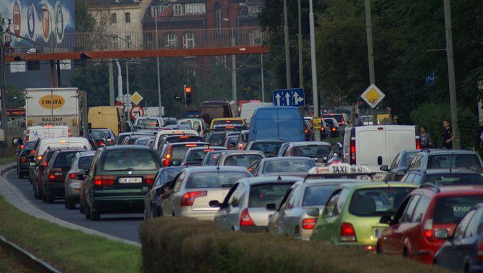 Badania mają odpowiedzieć na pytanie co zrobić, żeby kierowcy przesiedli się do tramwaju.