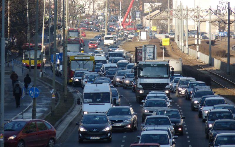 Poniedziałek, godz. 8 ul. Legnicka. Zwracamy uwagę na chodnik - to pasażerowie, którzy wysiedli z autobusów.