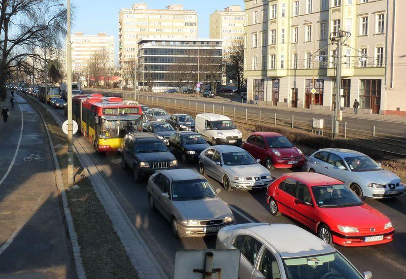 Zakorkowana ulica Legnicka w stronę placu Jana Pawła II