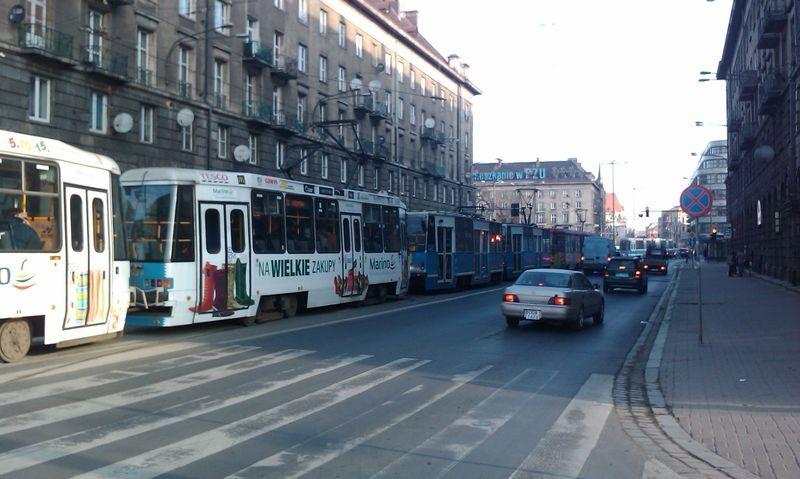 Tramwaje stojące w korku to strata czasu dla pasażerów i MPK, czy winna jest źle ustawiona sygnalizacja świetlna...