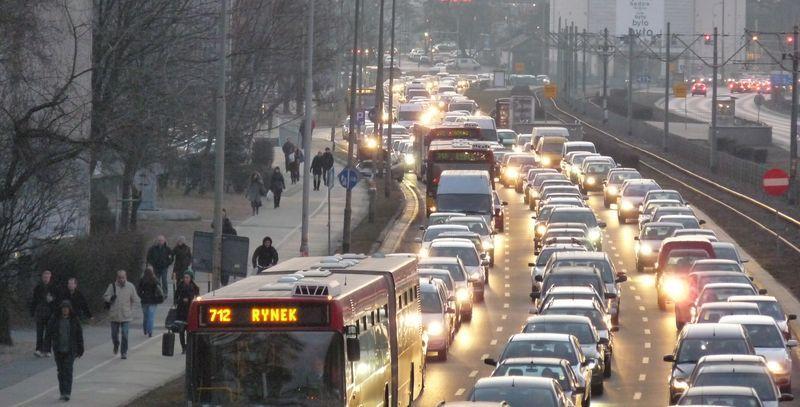Wtorek, drugi dzień remontu torowiska, godz. 18 ul. Legnicka. Zwracamy uwagę na chodnik - to pasażerowie, którzy wysiedli z autobusów.