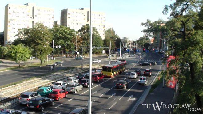 Pierwszym krokiem może być przeniesienie przystanku tramwajowego na wysokości Zachodniej bliżej wiaduktu...