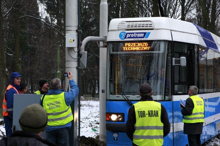 Pierwsza próba przejazdu przez pętlę przy ul. Grabiszyńskiej się nie powiodła. Nawet gdy ją powtarzano słupy nadal nie chciały przepuścić tramwajów z lusterkami.