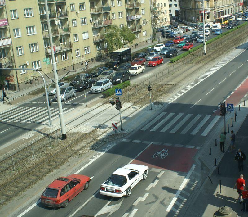 Śluza rowerowa to specjalne miejsce przed skrzyżowaniem na jezdni, które jest przeznaczone dla jednośladów. Rowerzysta może się dzięki niemu ustawić legalnie przed samochodami – jak na Kazimierza Wielkiego.