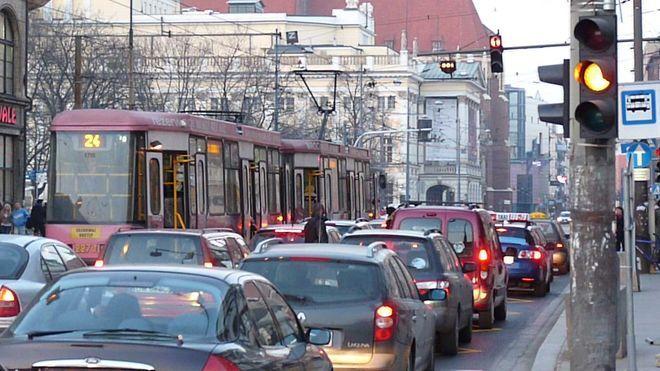 Tak się w tej chwili wysiada z tramwajów na tym przystanku