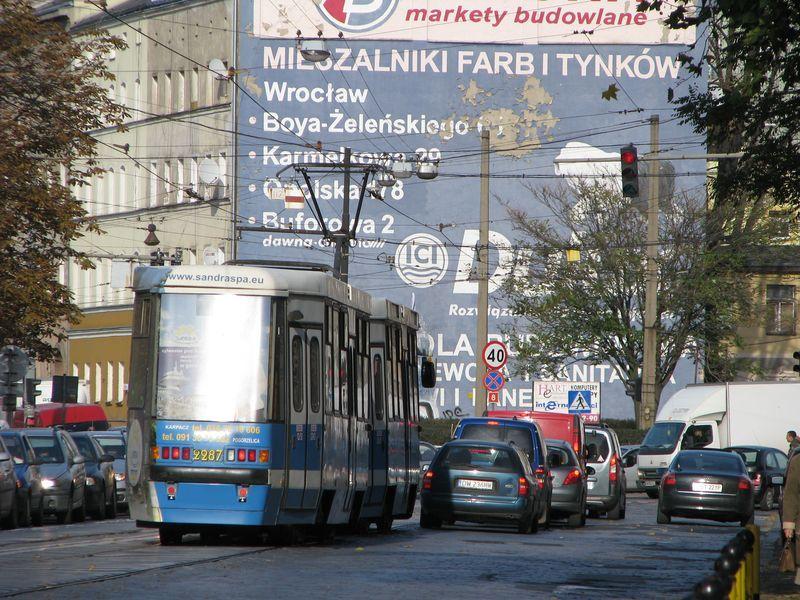 Tak to natomiast wygląda, gdy tramwaj z autem spotkają się na Pułaskiego.