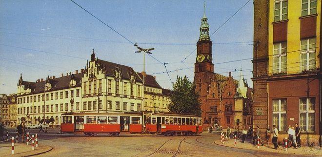 W połowie lat 70-tych poprzedniego stulecia usunięto linie tramwajowe z Rynku i jego bezpośredniego sąsiedztwa, przenosząc je na wybudowaną w tym czasie Trasę WZ