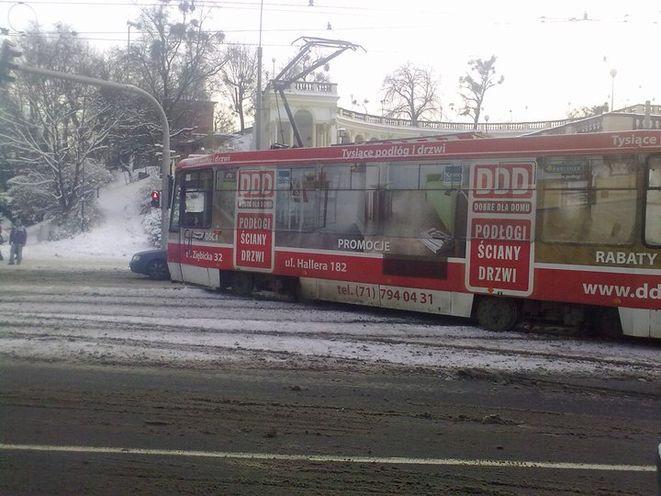 Ul. Piotra Skargi we wtorek rano. Tramwaj nie dość że wypadł z szyn i zablokował inne tramwaje, to przy okazji i samochody