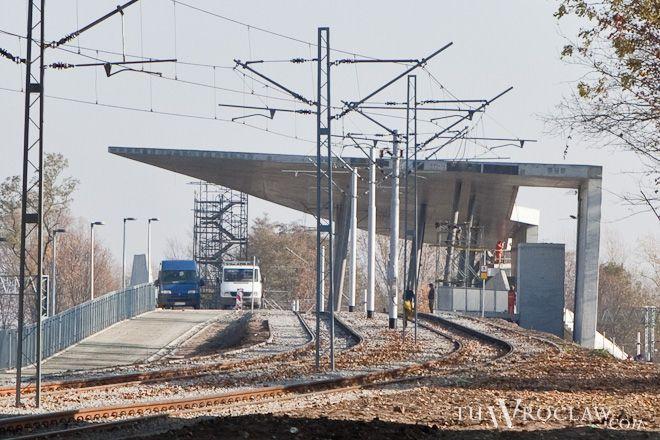 Nowa stacja obsługiwała już pasażerów tramwajów, teraz przyszedł czas na pociągi