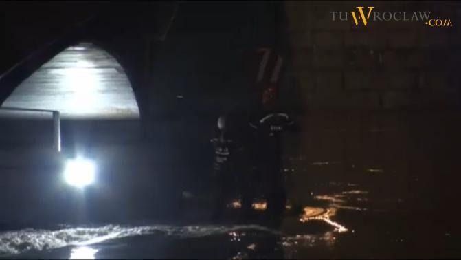 W nocy strażacy walczyli na moście Pokoju.