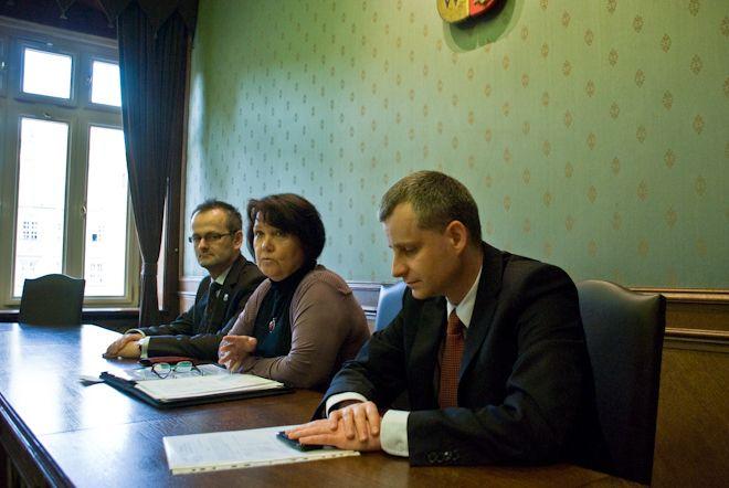 Radny Rafał Czepil, Przewodnicząca KRZiSS Anna Szorec i Radny Piotr Babiarz przedstawiają program.