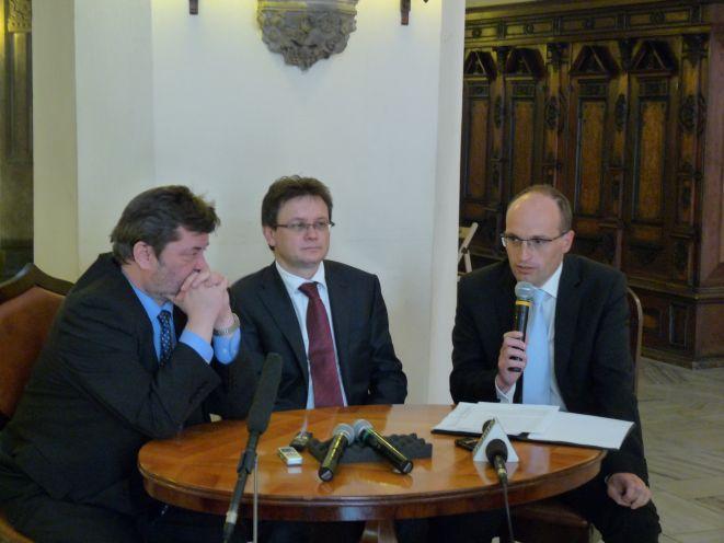 Mirosław Jasiński z Fundacji Solidarność Polsko-Czesko-Słowacka, konsul honorowy Arkadiusz Jan Ignasiak oraz ambasador Republiki Czeskiej Jan Sechter.