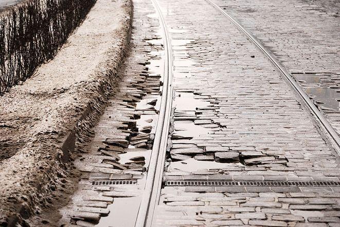 Kostka na pl. Grunwaldzkim jaka jest każdy widzi. Na pewno nie jest równa. Dlatego zostanie zastąpiona betonem.