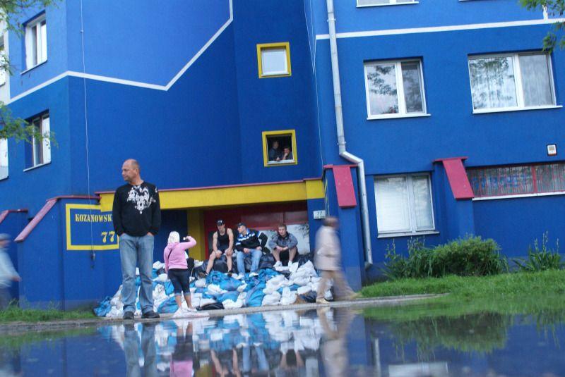 Zachodnia część Kozanowa, patrząc od miasta za pętlą autobusową, jest zalana. W blokach nie ma prądu.
