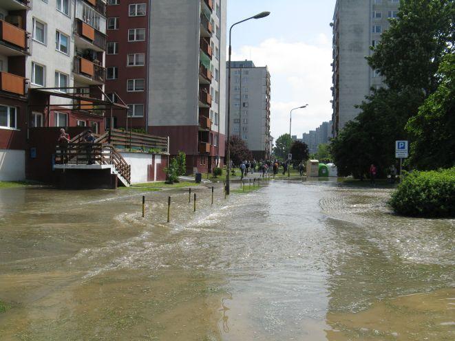 Tak 22 maja wyglądała ulica Dokerska po przerwaniu tymczasowgo wału.