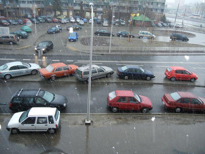 Widoku tej prawie pustej pętli dla taxi, gdy inne auta stoją na trawnikach, mieszkańcy nie mogą miastu wybaczyć.
