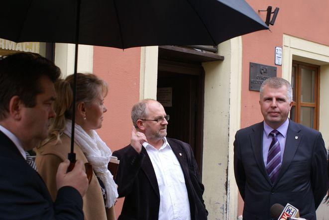 Lidii Geringer de Oedenberg kamienicę pokazywał marszałkowie: Marek Łapiński (pierwszy z prawej) oraz Grzegorz Roman (pierwszy z lewej)