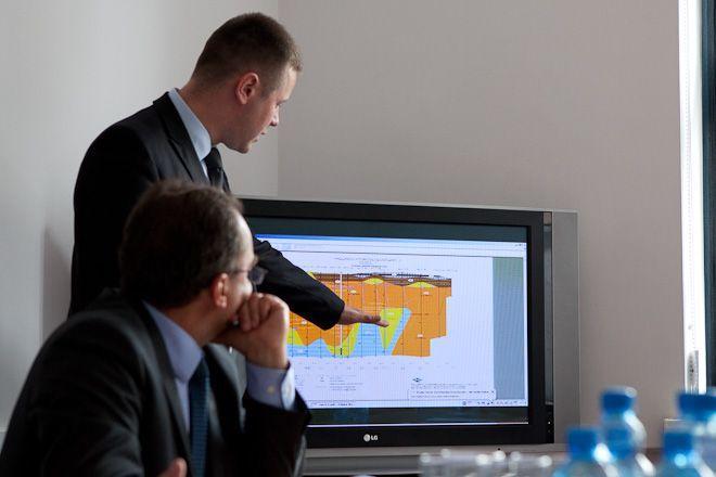 Sławomir Kośmiński, inżynier projektu charakteryzuje budowę geologiczną podłoża terminala.