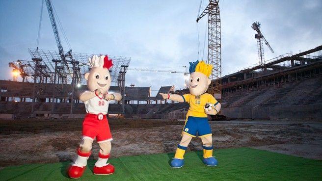 Maskotki EURO na stadionie we Lwowie.