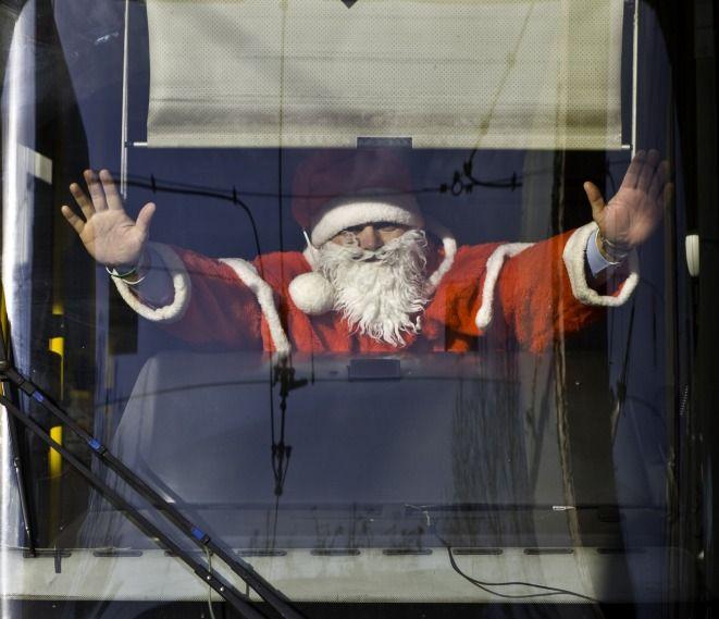 Całego i zdrowego Mikołaja można spotkać dziś w środkach komunikacji miejskiej.