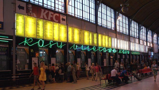 Stylowy neon ''kasy biletowe'' z lat 50. na swoje miejsce nie wróci