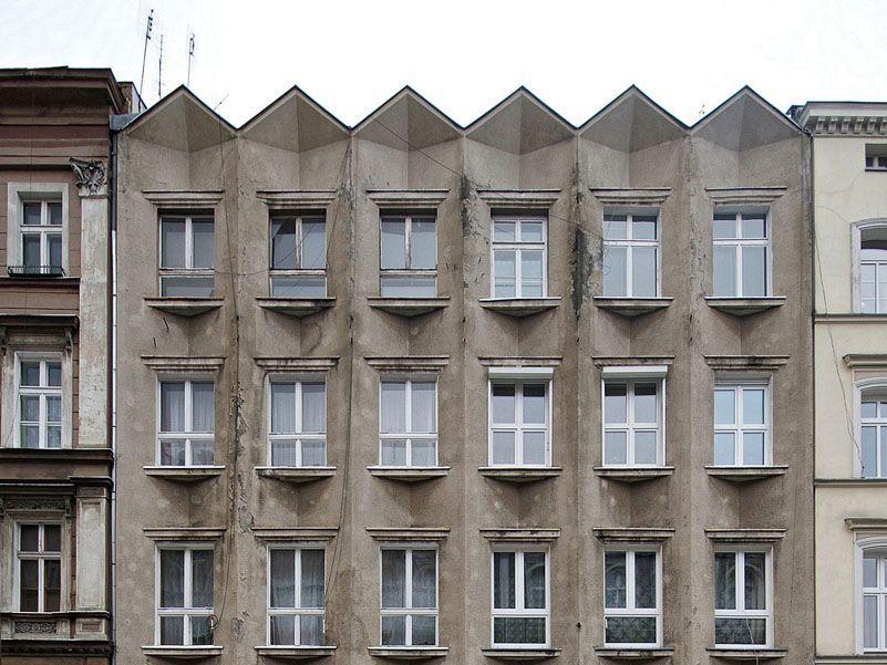 Zaniedbana fasada kamienicy