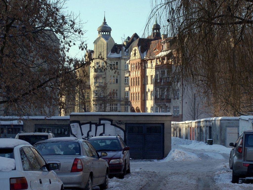 Ulica Krzywa widziana od strony ul. Piastowskej