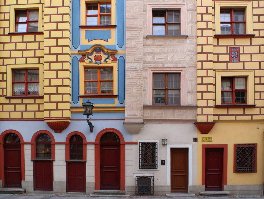 Kolorowa fasada północnej pierzei ulicy Malarskiej