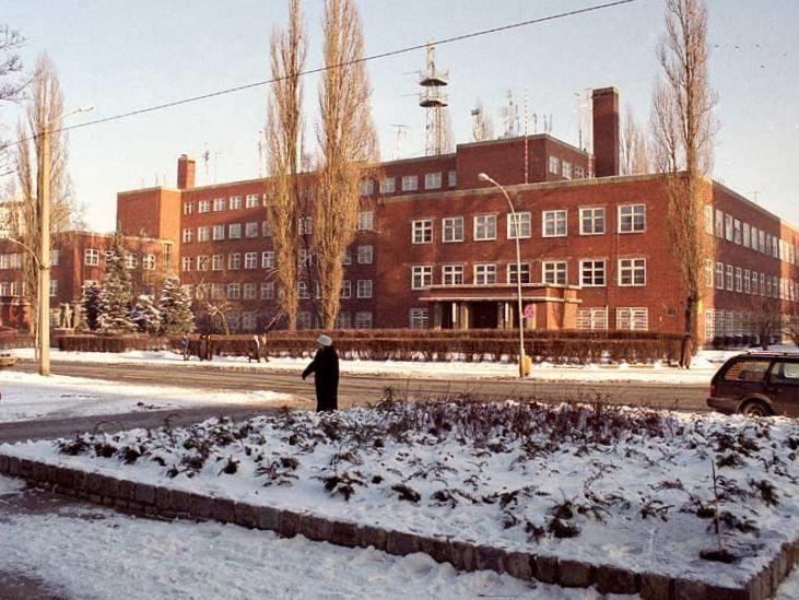 Siedziba sztabu ŚOW w roku 2003. Przed budynkiem stoją jeszcze topole, które połamała wichura w maju 2005 roku.