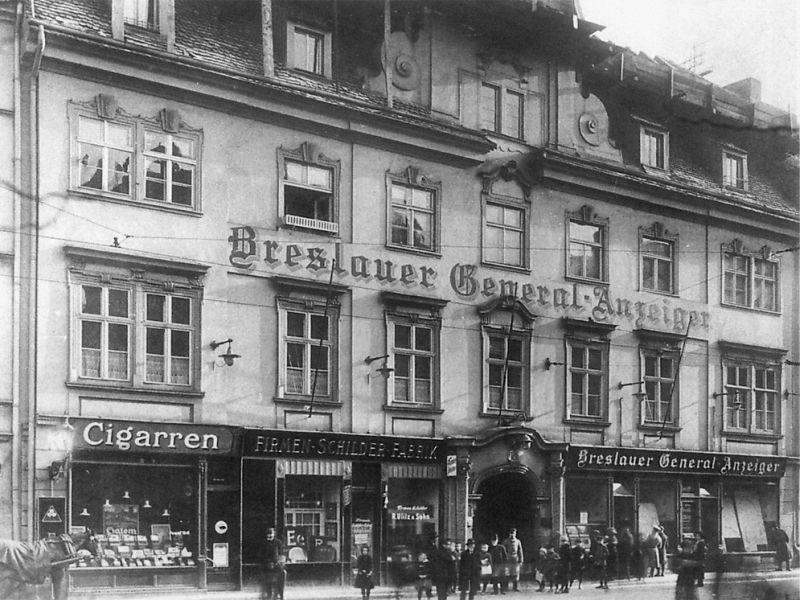 Elewacja budynku z widoczną facjatą (początek XX wieku, przed 1919 rokiem)