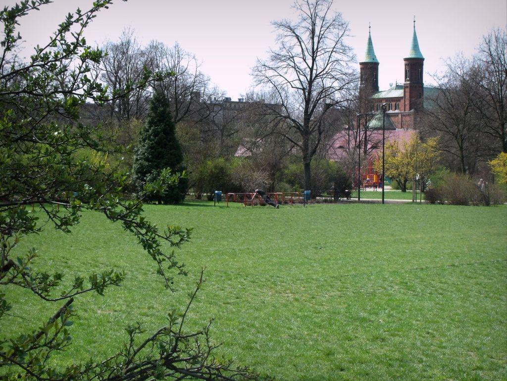Park Staszica z widokiem na kościół św. Bonifacego przy niedalekim placu Strzeleckim