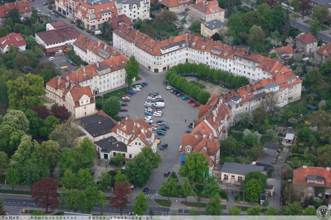 Plac Piłsudskiego na wrocławskim osiedlu Karłowice widziany z lotu ptaka