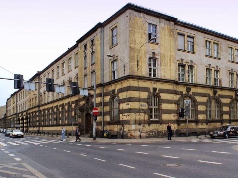 Fasada budynku TP SA (dawnej Poczty Paczkowej i Telegrafu) od strony skrzyżowania Janickiego z Purkyniego