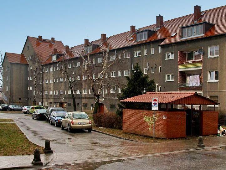 Wschodnia strona jednego z budynków od strony ul. Pieszej