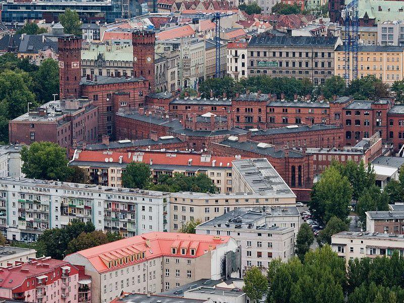 Widok na kompleks sądowo-więzienny ze szczytu Sky Tower
