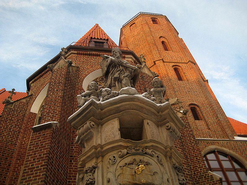 Fasada południowa kościoła z figurą św. Jana Nepomucena na pierwszym planie