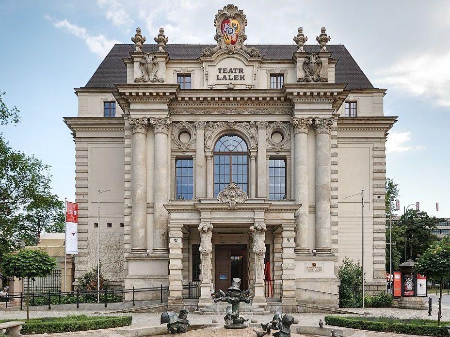 Fasada Teatru Lalek, zwraca uwagę herb Wrocławia na kartuszu