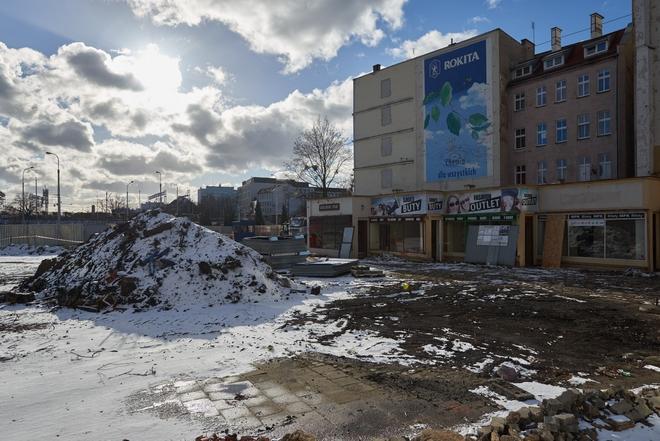 Ze skweru przy zbiegu Piłsudskiego i Peronowej wycięto drzewa. Ruszyła już także rozbiórka pawilonów