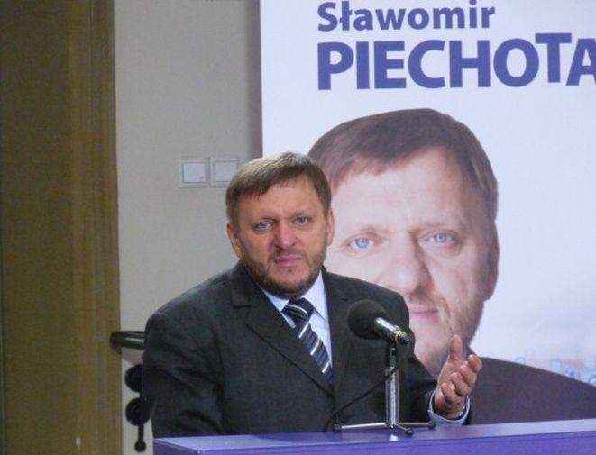 Sławomir Piechota jest na drugim miejscu w sondażach.