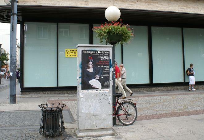 Plakaty nielegalnie naklejone na szafkach oświetleniowych to we Wrocławiu codzienność
