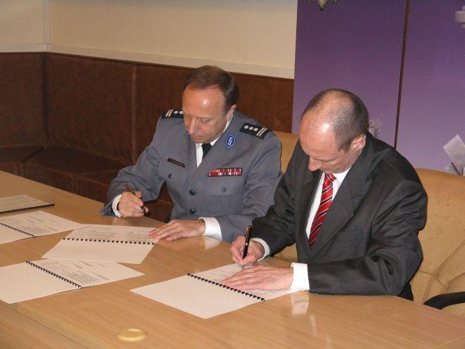 Komendant Maciejewski i Jorg Michaelis z MSW Saksonii podpisują harmonogram.