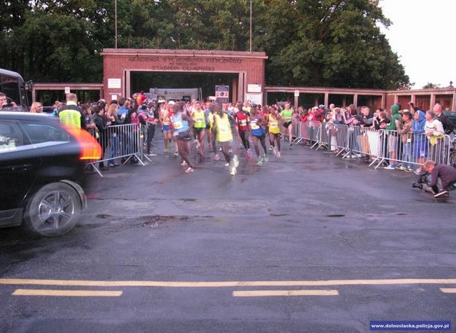 Punktualnie o godzinie 21 biegacze wyruszyli ze Stadionu Olimpijskiego