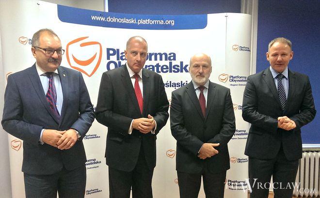Cezary Przybylski (pierwszy w lewej) nadal będzie marszałkiem Dolnego Śląska