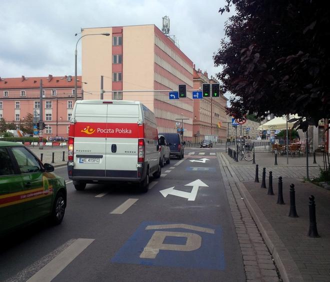 Z ulicy Purkyniego można już skręcić w lewo w Piaskową z dwóch pasów
