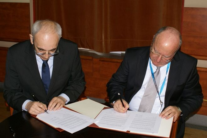 Rektor PWr prof. Tadeusz Więckowski i szef laboratorium IBM w Hajfie Oded Cohn podpisują umowę o współpracy